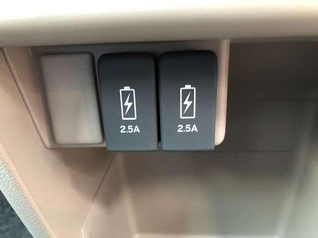 充電用USBジャック2個付です。