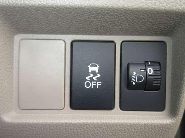運転席まわりには横滑り防止装置のスイッチを配置しております。雪道や雨の日の滑りやすい路面で安定した運転を助ける安全装備です。お出かけも安心です。ダイヤルでライトの向きを調整できます。