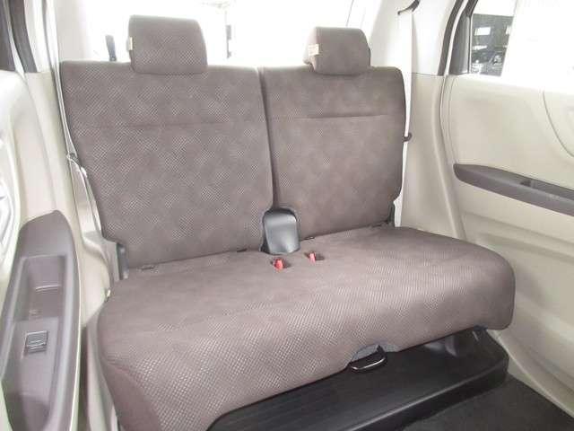 リアシートは、シートの座面を考慮し、ゆとりある着座姿勢を保てるようにシートバックの角度を調整できるリクライニングシートにしています。前後のスライドも可能です。