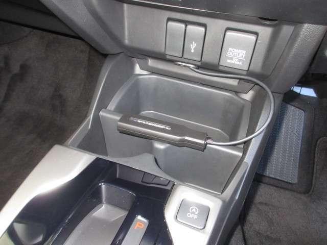 運転席まわりには、アクセサリーソケットやUSB接続ジャック、2名分のドリンクポケット、小物収納があります。車内をスッキリ整理できるのでとても便利です。