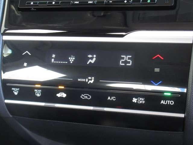 フルオート・エアコンディショナーのスイッチに静電式タッチパネルを採用しスマートフォン同様の直感的な操作性を実現しました。プラズマクラスターで車内をクリーンに保ち、いつでも快適空間です。