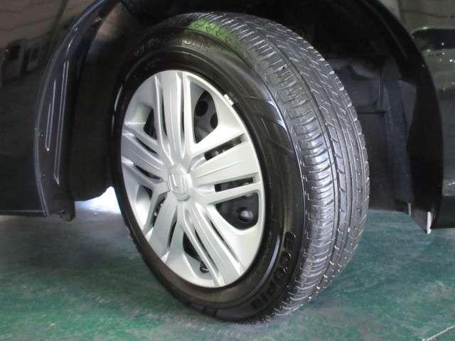 タイヤは2019年製ブリヂストンのエコピア185/60R15を装着しております。溝の残りは8分山になります。純正ホイールカバー付きです。その他にご不明な点がございましたらお気軽にお問い合わせください。
