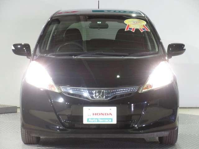 ヘッドライトはスッキリ白く光る、明るく省電力なディスチャージヘッドライトを採用してます。 カッコイイし遠くまで照らせて安全ですよね〜! 人気のある安全装備の一つです・・。
