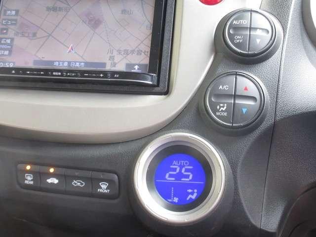 エアコンはオートエアコンでお好みの温度調整が出来、オールシーズン快適にドライブできます!楽しさ倍増ですよ!リア席はプライバシーガラスで夏も涼しく過ごせます!