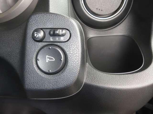 ドアミラーはボタンひとつで格納できるリモコン式を採用!狭い路地でのすれ違いや駐車するときにボタンひとつでたためるので便利ですよ〜!使い勝手の良いところに、ドリンクホルダーもあります!