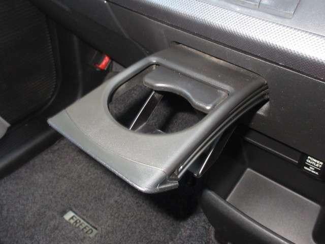 運転席と助手席の間には引き出し式のドリンクホルダーがあります。取りやすい位置にありますからドライブも楽しくなりますね!