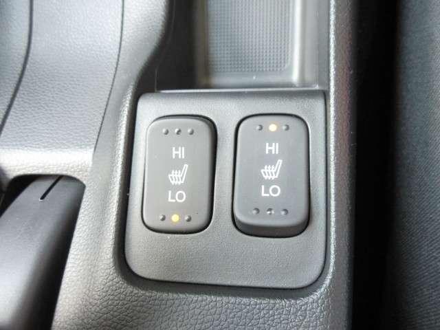 運転席&助手席にはシートヒーターが付いてます。寒い冬でもスイッチONで座面をあたたかくして、ドライブをさらに快適にしてくれます。シフトまわりのこちらのスイッチでHIとLOの2段階に温度設定が可能です。