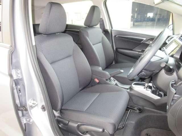 フロントシートは、ミドルクラスのフレームをベースに設計。肩まわりの開放感と腰まわりのサポート性を兼ね備えたデザインです。また、背もたれを厚くし、座り心地と振動吸収性を向上させています。