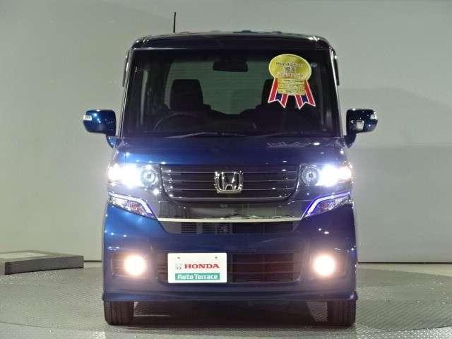 ヘッドライトはスッキリ白く光る、明るく省電力なディスチャージヘッドライトを採用です。カッコイイ、明るいフォグライトも付いて安全ですよね〜♪人気のある安全装備の一つです・・☆