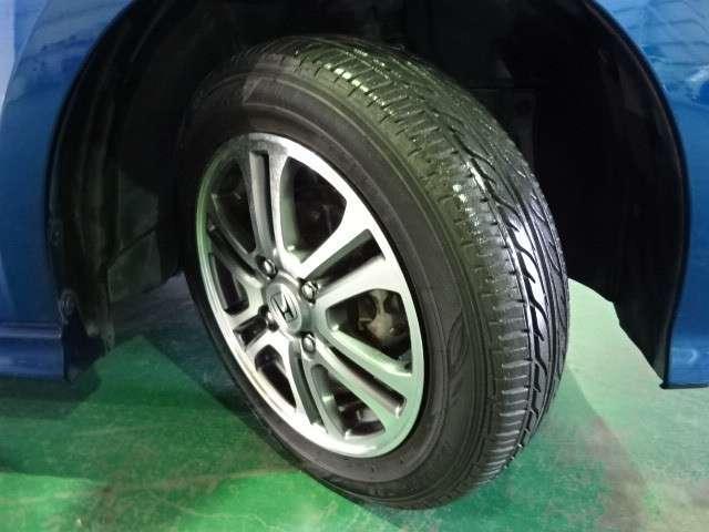 タイヤは2017年製ダンロップのエナセーブEC202 155/65R14を装着しております。溝の残りは6分山になります。ホンダ純正アルミホイールでとてもスタイリッシュです。
