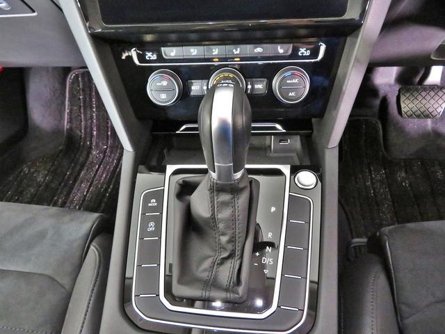 トランスミッションは6段のDSG。シフトレバー周辺には、走行モードの切り替えスイッチや、スタート/ストップシステムのオンオフスイッチが並んでいます。