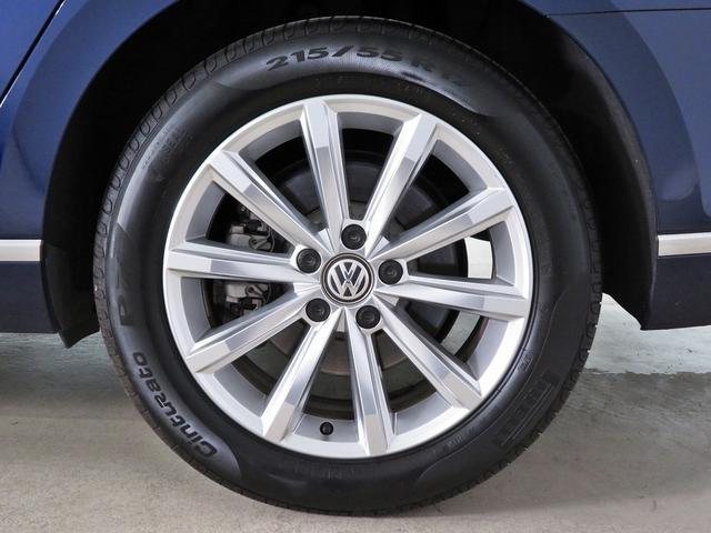 10スポークのアルミホイールが装着されています。タイヤサイズは、前後ともに215/55R17。