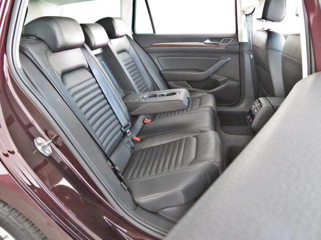 後席のヘッドクリアランスや、ニースペースも十分にございます。Passat Variantには、後席(前席アームレスト後端部分)にもエアコンが備わっており、後席の快適性にも優れます。