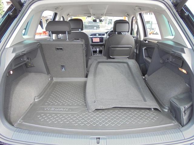 後席は分割可倒式です。長尺物を積み込み3名乗車でお出かけも可能です。
