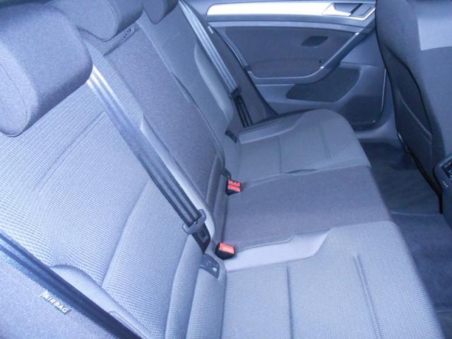 ☆後席では、身体にしっくりと馴染む適度な固さのシートや、より広くなったレッグスペースなどが心地よい時間を乗る人すべてに提供します。