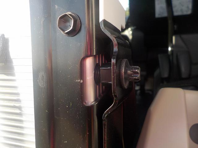 ちなみにこのロックボルトを外さないとスロープの前倒しはできません。