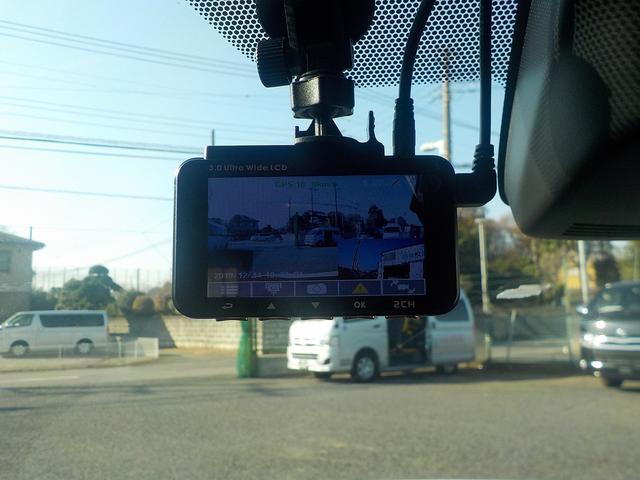 こちらは前後を録画するドラレコです! 画面右下が後方カメラですね。