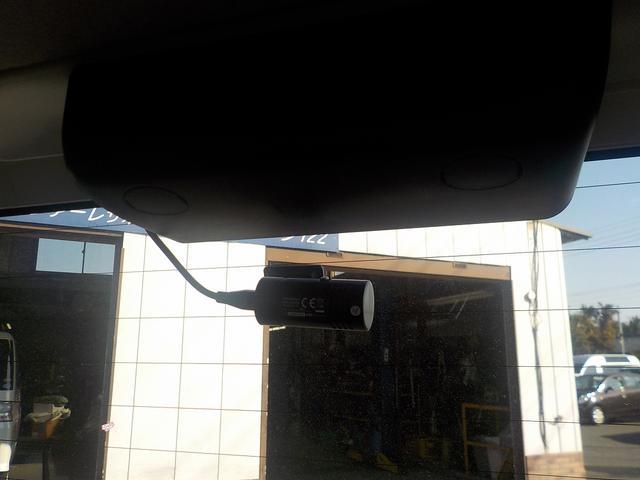 後方カメラはリアガラス内側に付いてます。 目立つのであおり運転は回避できそうですね。