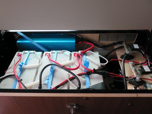 キャンピングカー RVランド製 ランドホーム 4000ccディーゼルターボ適合車 ロング ワンオーナー車 シンク 冷蔵庫 トイレ 温水ボイラーシャワー FFヒーター テレビ 電子レンジ 家庭用エアコン(15枚目)