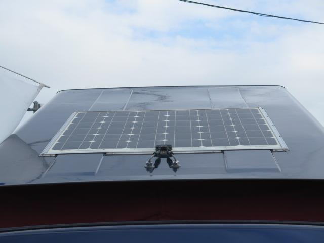 屋根にはフレキシブルソーラーパネルが装備されております♪
