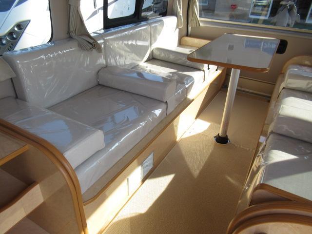 後席は横座りシートとなっております!とても広々した空間となっております!
