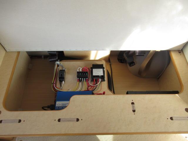 サブバッテリー、走行充電、外部充電、外部電源装備しております!追加架装もお任せ下さい♪