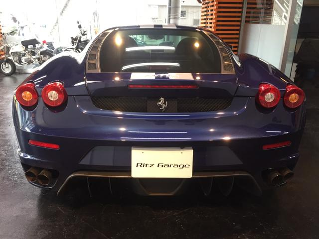 テール部分はフェラーリ・エンツォフェラーリと同じく尾灯上面が露出した造形となっており、意匠的に新しく生まれ変わっている。