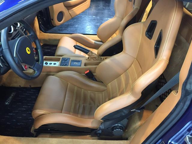 オプションのカーボンスポーツシートが付いています!