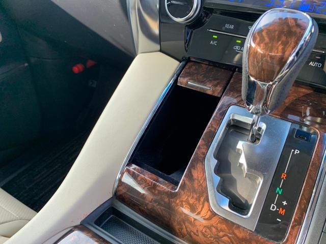 【インテリア】高級感と機能性を兼ね備えた運転席周りです。