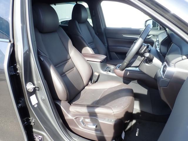 高級感漂うブラウン色の本革シート。運転席と助手席は電動パワーシートになっております。細かくシート調整が出来ますのでどなたでもピッタリポジションで運転できます♪☆