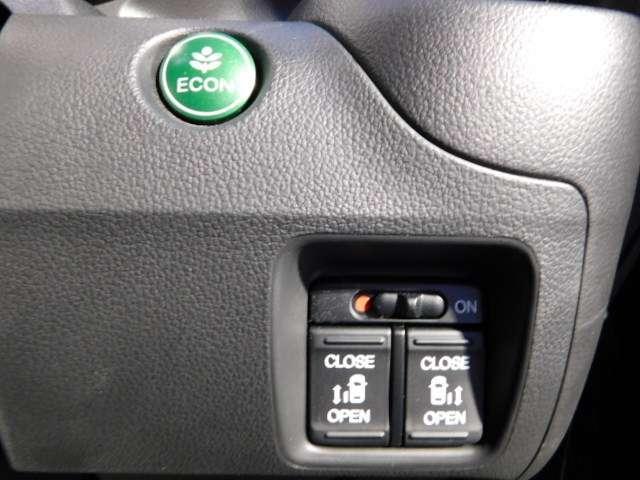 両側電動スライド リモコンなどでラクに自動開閉。また半ドア状態まで閉めると、後は自動的に全閉する機能付。