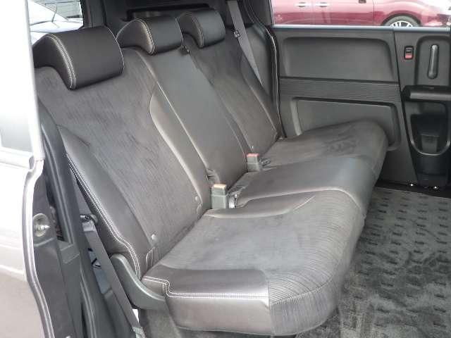 足元に十分な広さを確保♪大型のシートサイズとあわせ、ゆったりと座れ、ロングドライブでも快適です♪ジャストセレクション+はスウェード調のコンビシートなので質感も良いですよ♪