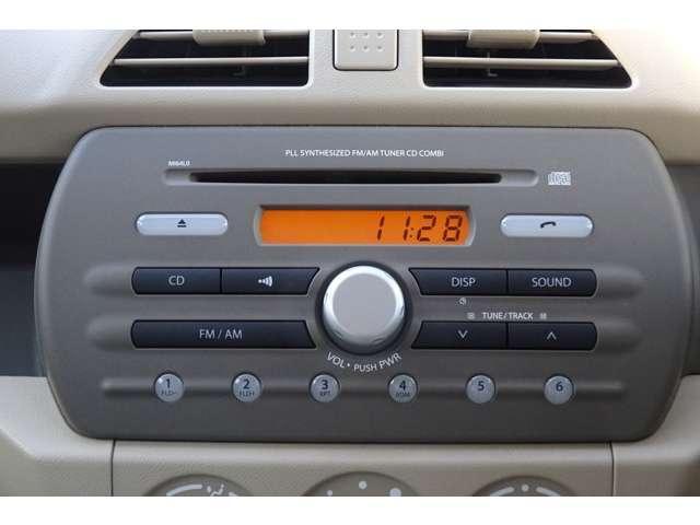メーカー標準のCDラジオが付いてます