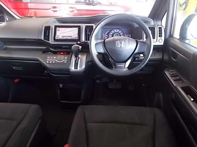 開放感あるコクピットです!視認性も操作性も良いのでドライバーの安全運転をしっかりサポートしてくれますね♪レザーコンビシートが車内の上質感をグッと上げてくれますね♪ブルーイルミネーション有りです!