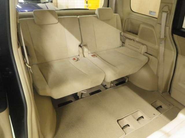 「3列目シート」を撮影してみました。2列目シートより、狭い感じは否めませんが、多人数乗ることができるので、とっても楽しくドライブや旅行ができますよね。この後席は、ラゲッジスペースに可変可能ですよ。