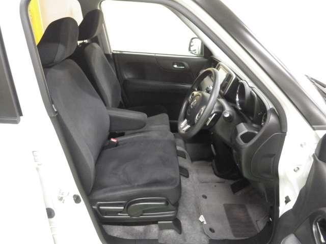 インパネシフトですので足元も広々♪運転席⇔助手席の移動も楽々です!