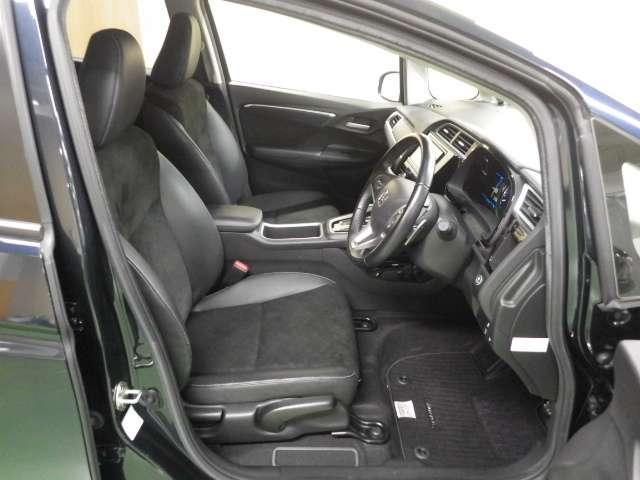 運転席シートはハイトアジャスタ機構付きです