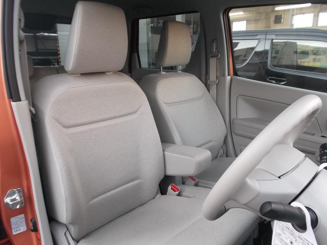 ベンチシートタイプのフロントシートはゆったり座れます。アームレストも付いていますので長時間のドライブも楽な姿勢が取れます。