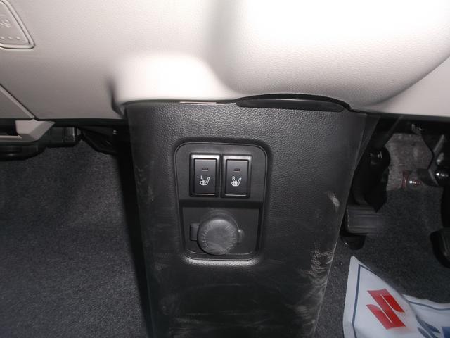 フロントシートは両席ともシートヒーターを装備。