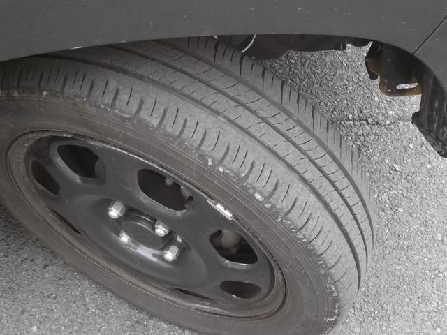 タイヤ残り溝も十分。ブラック塗装されたスチールホイールも特別装備