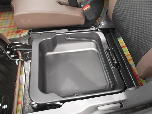 助手席下にはスズキ伝統のシートアンダーボックスを装備。容量はかなりあるので自由に使えます