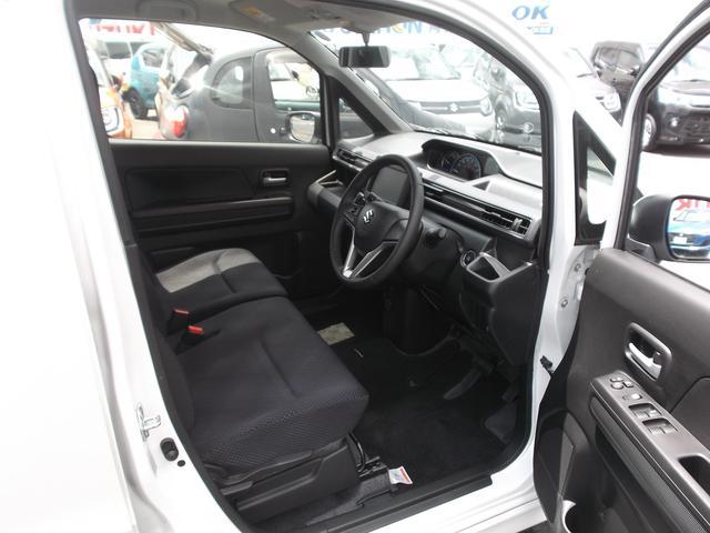 開口部が広くてステップが低いので乗り降りしやすい運転席。