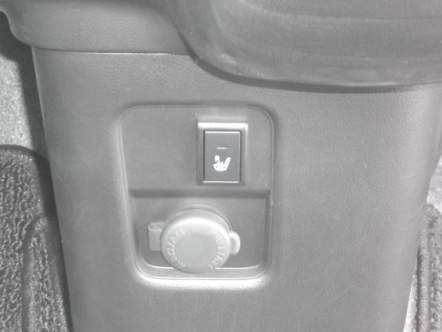 運転席にはシートヒーターを装備。すぐに温まりますので冬場の朝も苦になりません。