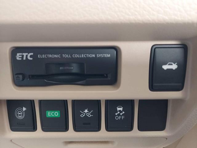 左右独立のエアコンや、プッシュスタート機能、ナビといった各種快適装置が充実した最上級グレードのお車です。