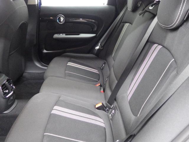 人間工学に基づいて設計されたこちらのシートはダイナミックなドライビングにおいて的確なサポートを行なうと同時にロングドライブの際の快適性を一段と高めてもいます。