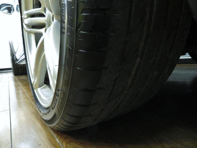 タイヤ溝はしっかりと残っており、表面にヒビ割れ等もございません。