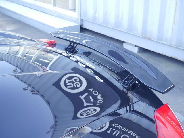高速走行時の空気抵抗を低減し安定した走りを可能にする車速感応式リアスポイラーも搭載!!ボタンひとつで手動での作動も可能ですが、走行速度によって自動で上昇・下降します!!TEL:045-348-3232