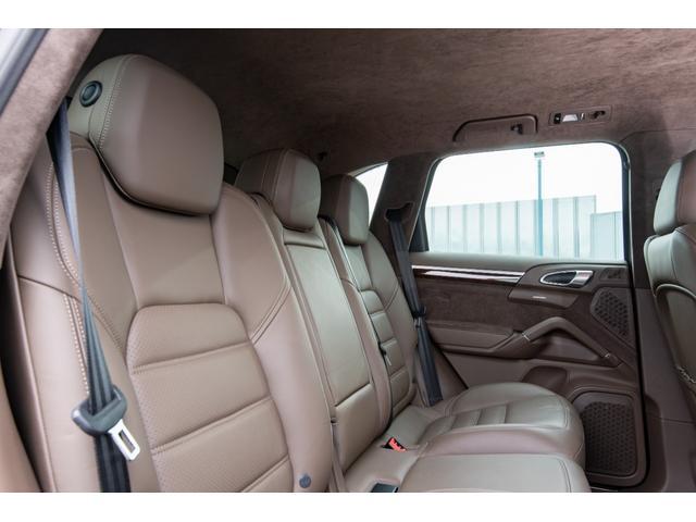 リアシートも十分に余裕のあるスペースを確保しておりますので、長時間のドライブもゆったりおくつろぎ頂けます!!プライバシーガラス装備!TEL:045-348-3232