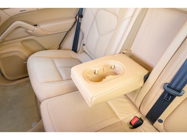 リアシートも十分に余裕のあるスペースを確保しておりますので、長時間のドライブもゆったりおくつろぎ頂けます!!TEL:045-348-3232