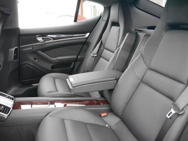 ゆったりと乗車できる後部座席はセンターにドリンクホルダーやアームレストが装備され、快適な長距離ドライブが楽しめます!座席を倒せばトランクスペースはより広がり大きな荷物も積むことができます!!